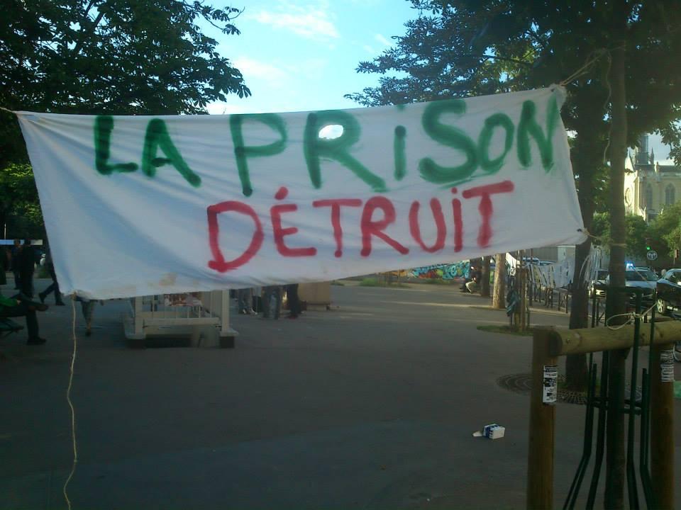 banderolle la prison détruit